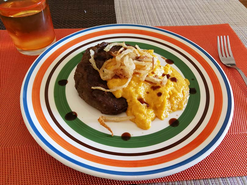 Bistecca di Seitan con crema di carote e mais